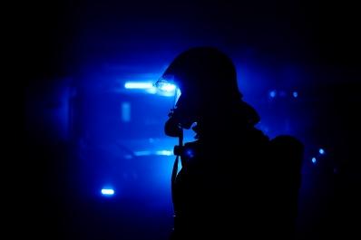 Brandmand med blå blink i baggrunden